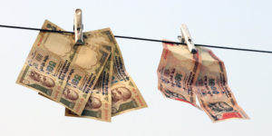 500-and-1000-rupee-notes-on-cloths-line